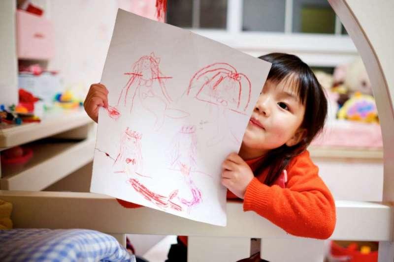 陳志恆指出,父母有義務教導小孩自在承接各種心理感受,而不是一昧否定負面情緒(圖/Unsplash)