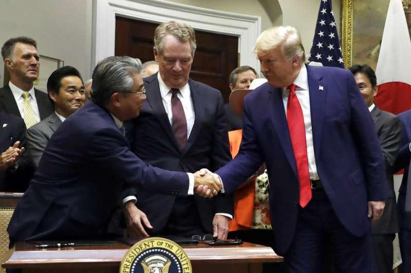 日本駐美大使杉山晉輔和美國貿易代表萊特海澤簽署貿易協定後,與美國總統川普握手致意。(資料照,美聯社)