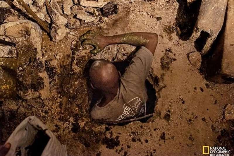 海地掏糞工人。(圖片取自國家地理中文網)