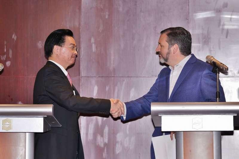 20191009-外交部舉辦「外交部長吳釗燮及美國 參議員克魯茲(Ted Cruz)聯合記者會」,會後兩人握手致意。(盧逸峰攝)