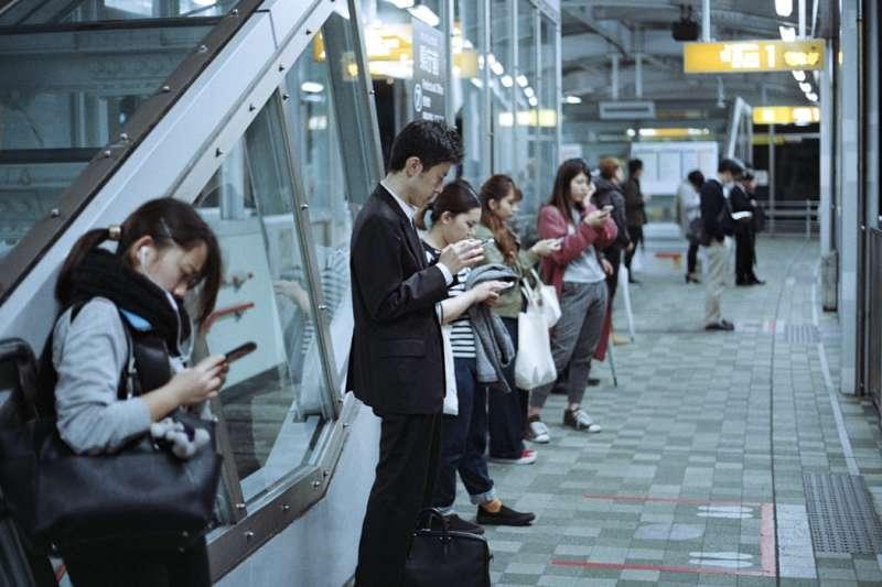 「戒手機」不只是現在人人都要面對的問題,也成為業者創業賺錢的大好機會(圖/Unsplash)