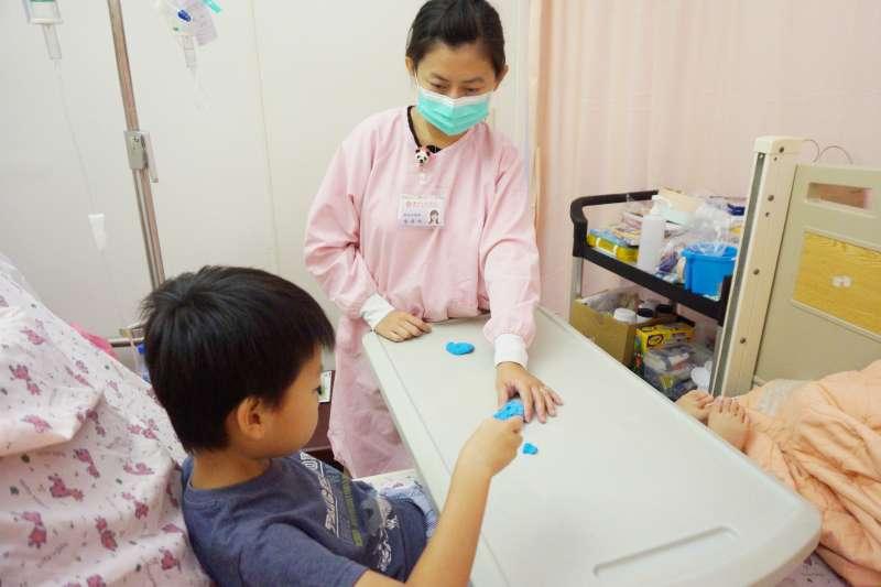 小病患經由藝術治療師引導,除了體驗捏黏土的觸感及樂趣,也能釋放住院時的不快與壓力。(圖/新竹馬偕醫院提供)