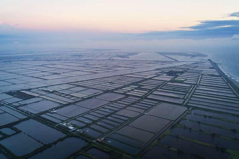 在台南七股,有3分之1土地都用來養殖水產,主要養殖作物包括文蛤、虱目魚、烏魚及石斑等,是全台、也是台南市養殖「重鎮」之一。圖為台南市七股區大潮溝與海埔魚塭。(取自Guanting Chen@wikipedia/CC BY-SA 4.0)