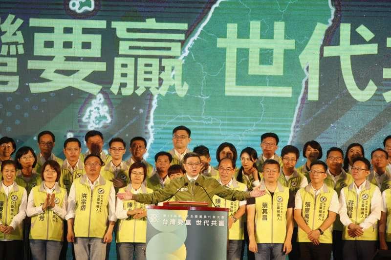 民進黨主席卓榮泰(中)在全代會上宣示,總統大選連任、國會過半的雙勝選目標。(郭晉瑋攝)