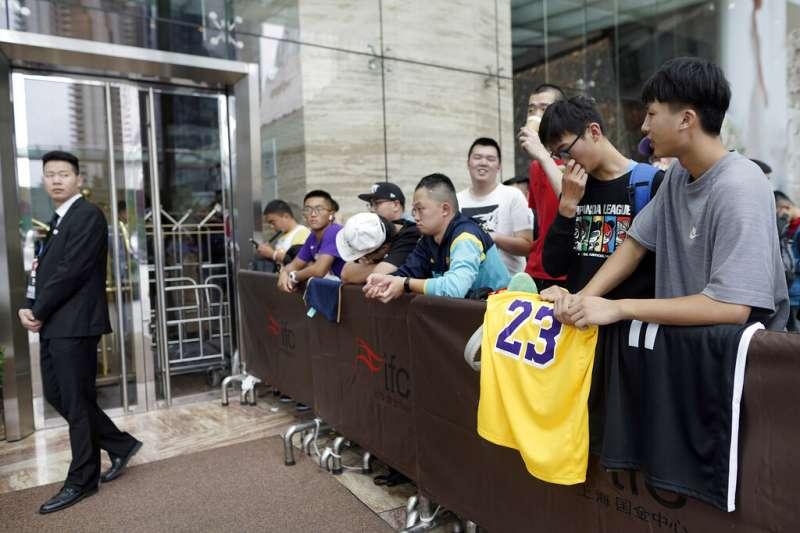 NBA中國官方微博10日上午發布兩則貼文,預告湖人隊和籃網隊將在晚間7時30分正面交鋒。(美聯社)