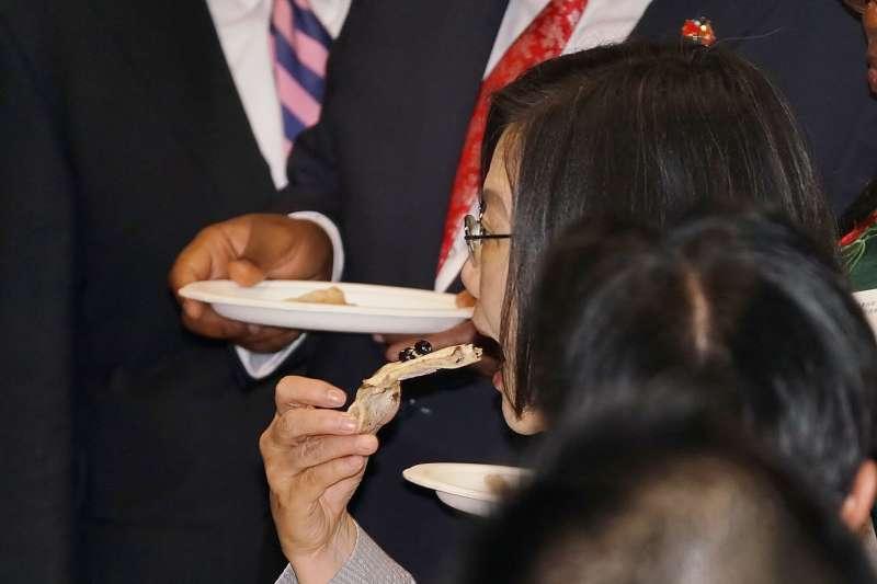 20191010-國慶酒會,總統蔡英文吃下一口珍珠奶茶口味的披薩。(盧逸峰攝)