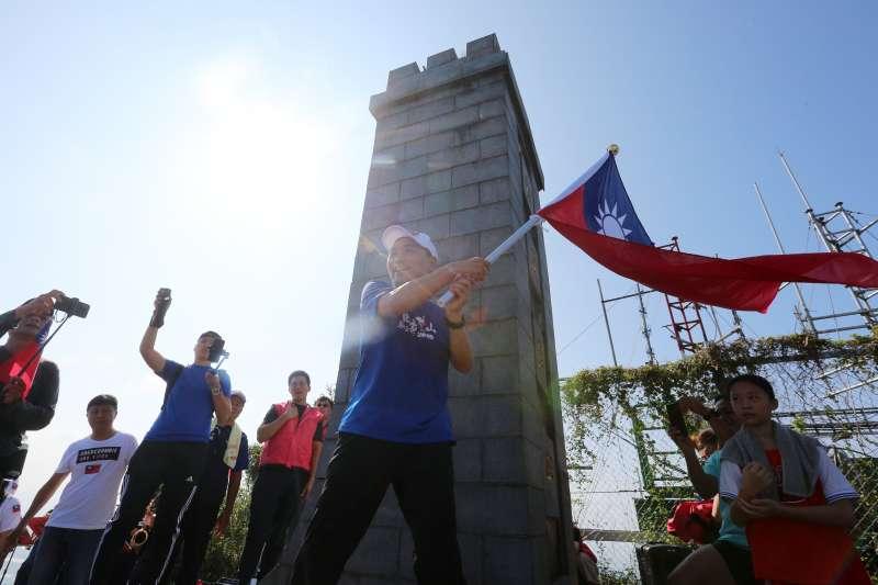 新北市政府舉辦國慶慶祝活動,市長侯友宜登頂揮舞國旗祝賀中華民國生日快樂。(取自新北市政府網站)