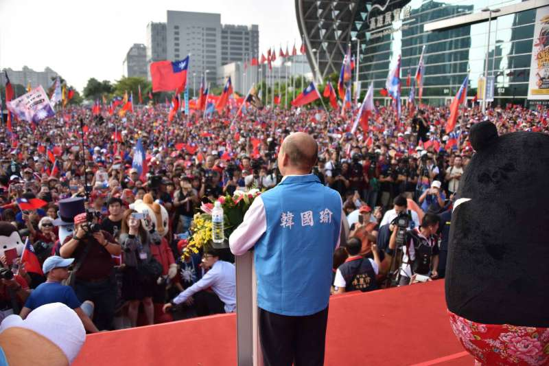 高雄市政府10日舉行國慶升旗典禮,高雄市長韓國瑜上台致詞,台下群眾揮舞國旗。(高雄市政府提供)