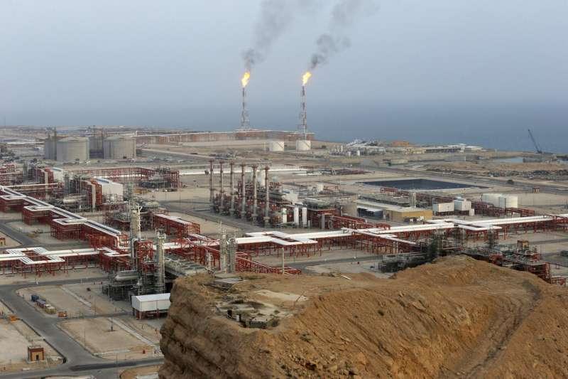 伊朗阿薩盧耶(Asaluyeh)的油田。(美聯社)