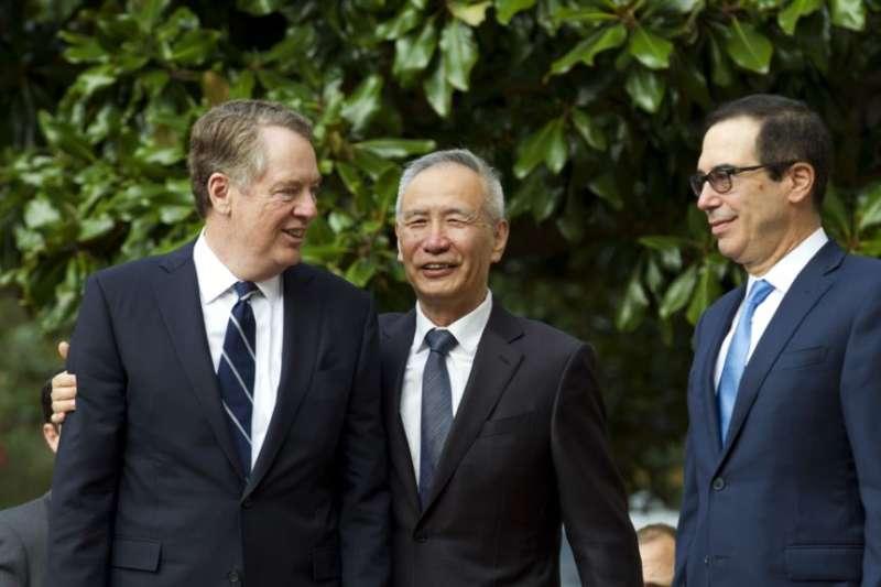 中國副總理劉鶴和美國貿易代表萊特海澤、財政部長馬努欽10月10日在華盛頓會見記者。(美聯社)