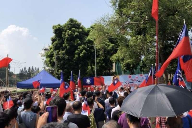 香港人手中揮舞著青天白日滿地紅旗,高唱《中華民國國旗歌》。(BBC中文網)