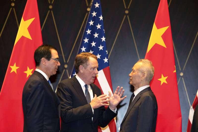 中美貿易磋商的雙方主將:劉鶴(右)與萊特海澤、馬努欽。(美聯社)