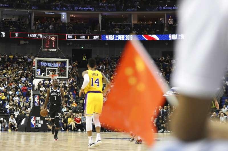 中國球迷帶著國旗,在爭議中前往觀看NBA中國賽。(美聯社)