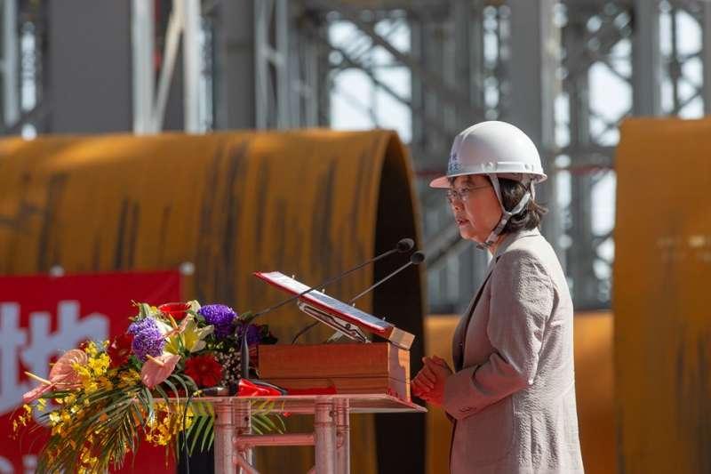 世紀集團12日舉行水下基礎生產基地基樁對接儀式,總統蔡英文出席,並致詞。(取自蔡英文臉書)