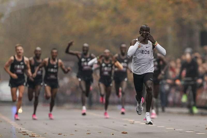 2019年10月12日,肯亞馬拉松名將基普喬格(Eliud Kipchoge)締造2小時內跑完馬拉松的里程碑。(AP)
