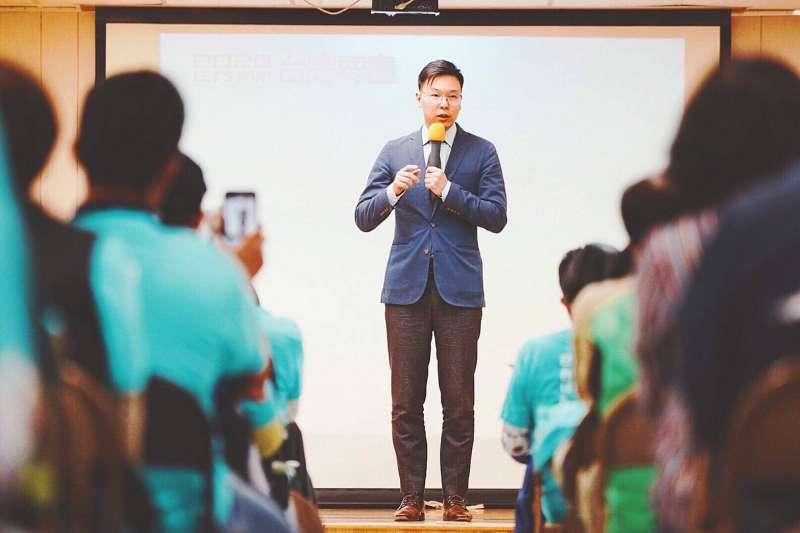 台灣時間12日,民進黨副秘書長林飛帆(見圖)赴美出席蔡英文總統連任美南後援會成立大會,代替總統蔡英文授旗授證,並以《社會同行、世代共贏》為題進行演講。(民主進步黨攝)