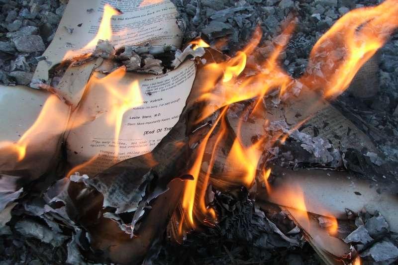 作者指出,在焚書坑儒的歷史中,焚書令不只是要燒書,更重要的是要以這種極端誇張的手法來統一思想和知識。圖為示意圖。(LearningLark@Wikipedia / CC BY 2.0)