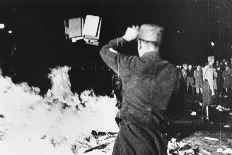 納粹焚書(Wikipedia / Public Domain)