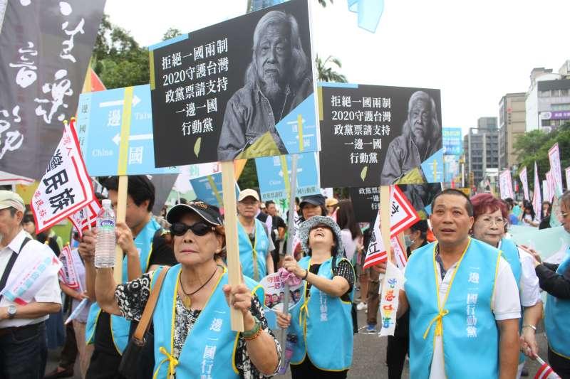 13日下午民間團體發起「與史明再走一段台灣路」大遊行,遊行自台大正門口行至凱道,夜間8點前凱道現場備有真人圖書館。(蔡親傑攝)