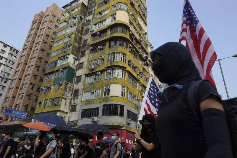 香港反送中:示威者舉美國國旗(AP)