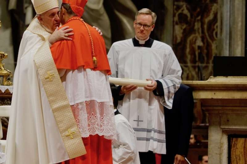 教宗與新樞機相擁抱(曾廣儀攝)