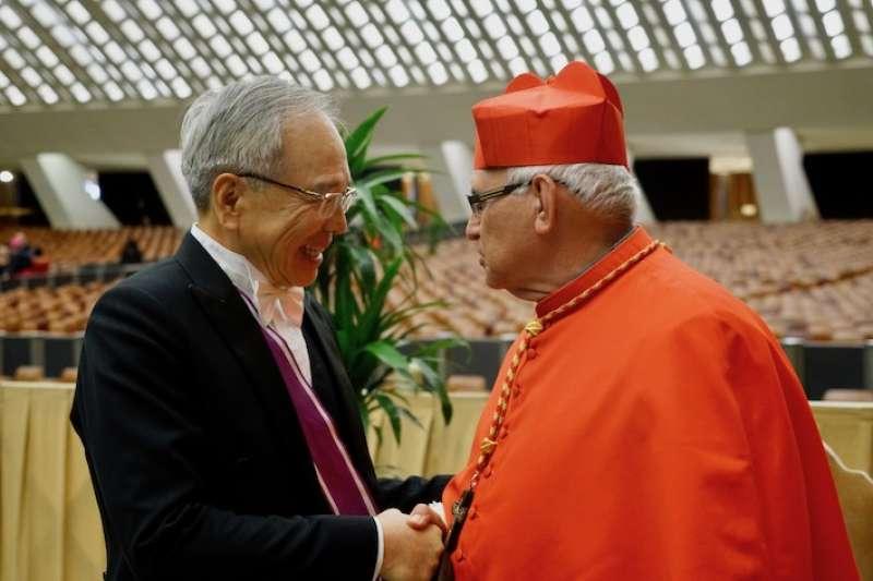 李世明大使跟新樞機致賀(曾廣儀攝)