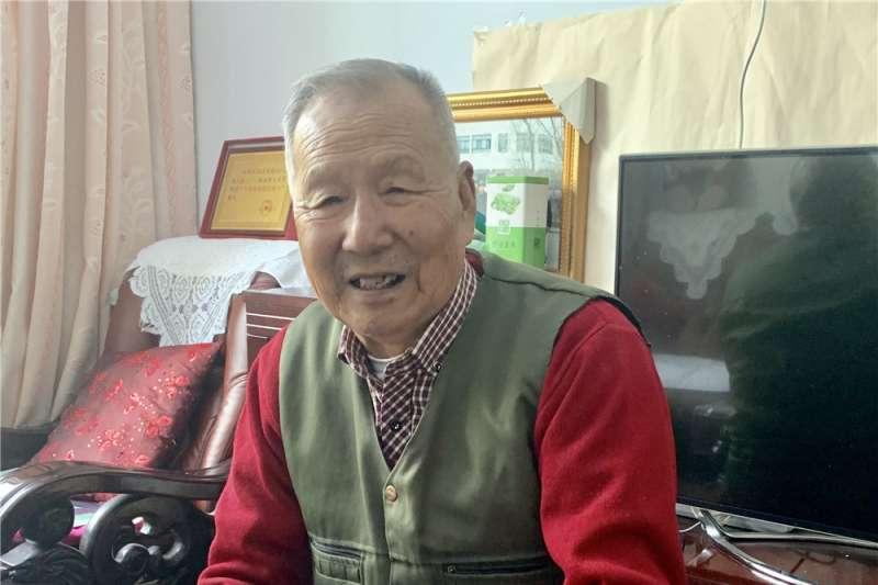 劉兆民在家中為記者展示相關照片(新華社)
