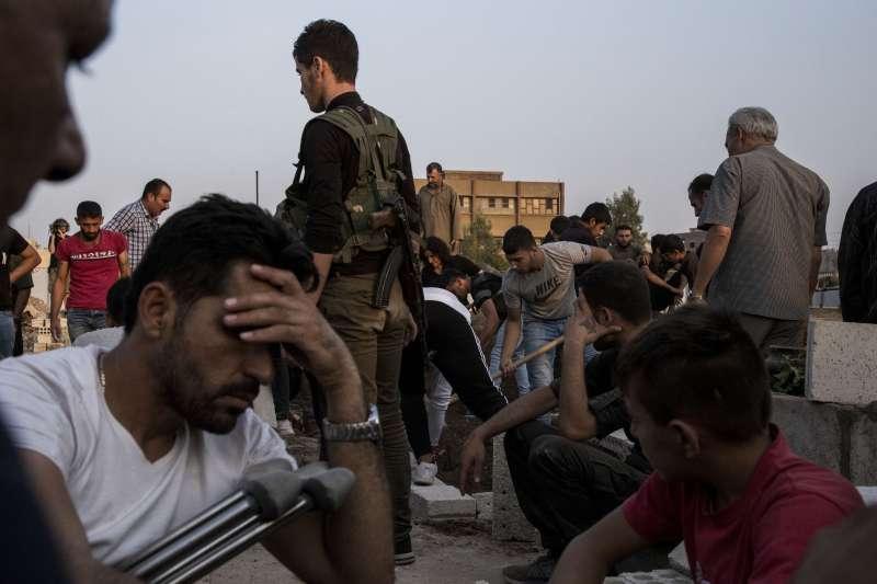 作者指出,敘利亞內戰中無端被捲入的人們,重則失去生命,輕則流離失所,成為難民。不但喪失了過去、擾亂了現在,也看不到未來。(資料照,AP)