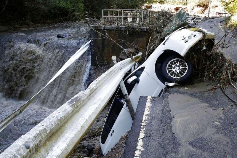 颱風哈吉貝(日稱「颱風19號」)重創日本,宮城縣角田市的道路嚴重坍方。(美聯社)