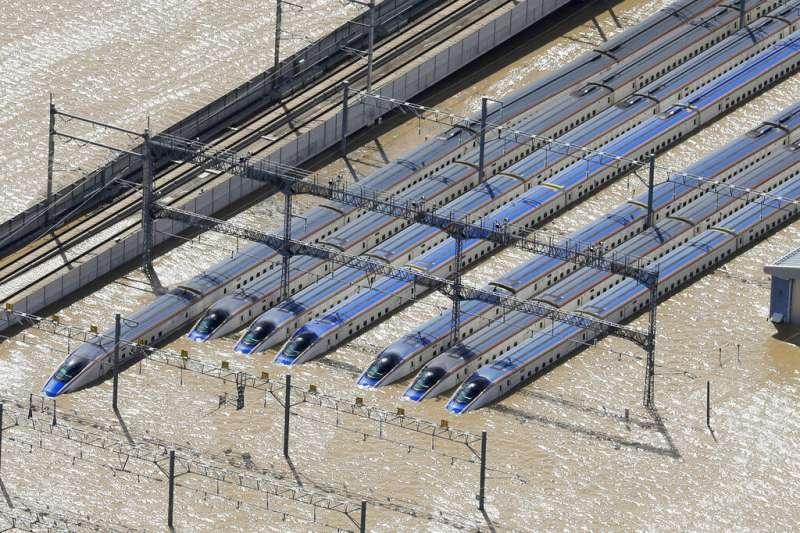 颱風哈吉貝(日稱「颱風19號」)重創日本,長野縣數列新幹線列車就這樣泡在泥水中。(美聯社)