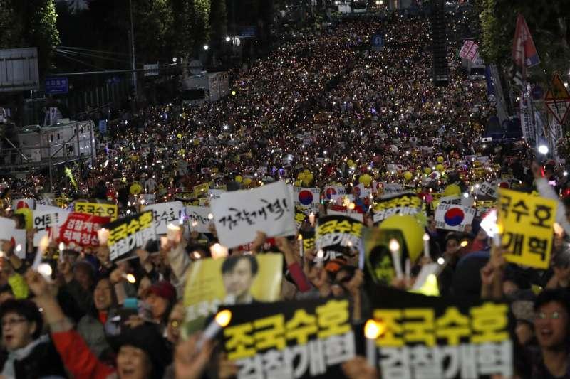 南韓法務部長曹國這幾周成為韓國政治的焦點,支持與反對曹國的民眾在首爾街頭聚集、相互較勁。(美聯社)
