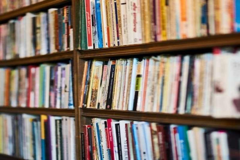 獨立書店裡可能依經營者的喜好,而販售不同的書籍 (圖/取自網路)