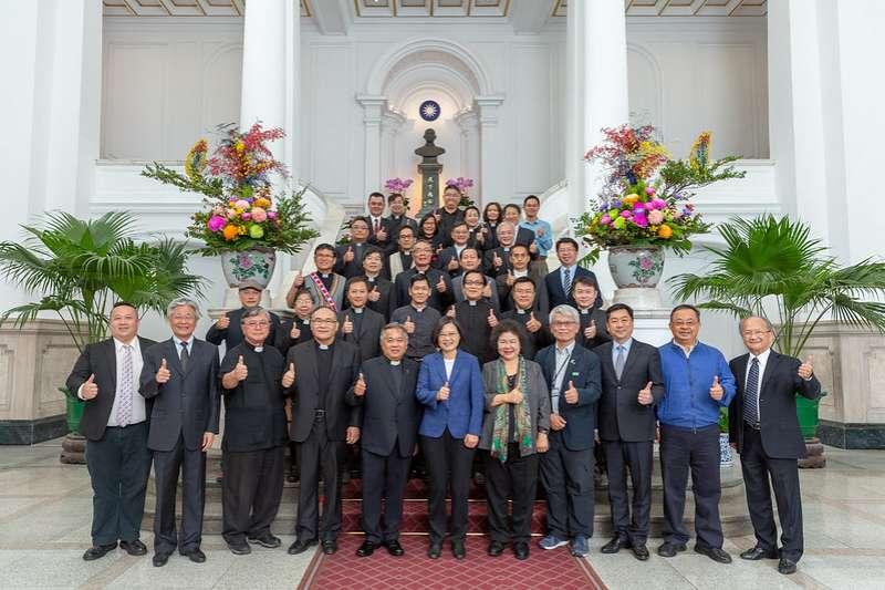 長老教會近50位牧長組成的「台灣基督長老教會國政訪問團」,上午前往總統府面見總統蔡英文,總統府祕書長陳菊也陪同。(總統府提供)