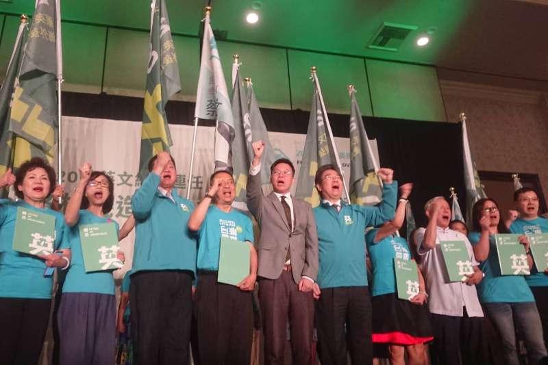 代表民進黨主席卓榮泰及總統蔡英文赴美出席後援會成立的民進黨副秘書長林飛帆,台灣時間14日出席2020蔡英文總統連任洛杉磯造勢大會。(民進黨中央提供)