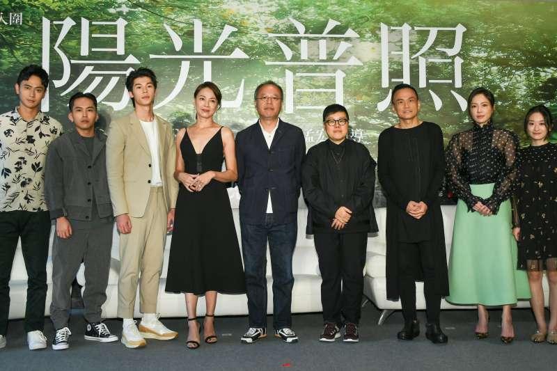 金馬導演鍾孟宏(中)最新作品《陽光普照》14日舉行上映記者會,本片在本屆金馬獎一口氣獲11項提名。(甲上娛樂提供)