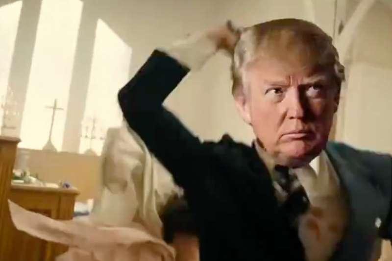 川普的支持者在上週舉行的會議上,播放一段迷因影片,影片裡的「假川普」射殺CNN等主流媒體(截自YouTube)