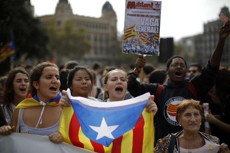 西班牙最高法院重判9位加泰隆尼亞獨立運動領袖9至13年徒刑,不滿判決的民眾走上巴塞隆納街頭抗議。(AP)