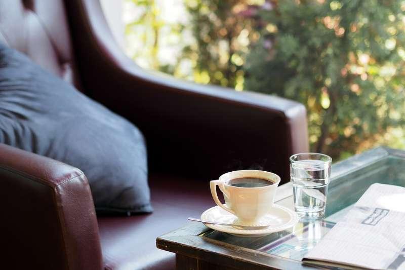 即使咖啡館很厲害裝上了太陽能或儲能,還是不應該無限制地狂吹冷氣。(示意圖/eak_kkk@pixabay)