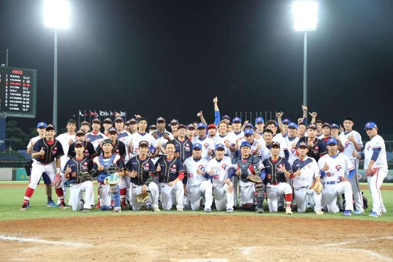 2019年亞洲棒球錦標賽14日在台中洲際棒球場開打,中華隊首戰交手香港隊,現場有民眾舉起為香港反送中運動加油的標語,不過主辦同意讓民眾舉起標語,比賽也得以順利進行。(圖片取自棒協粉絲團)