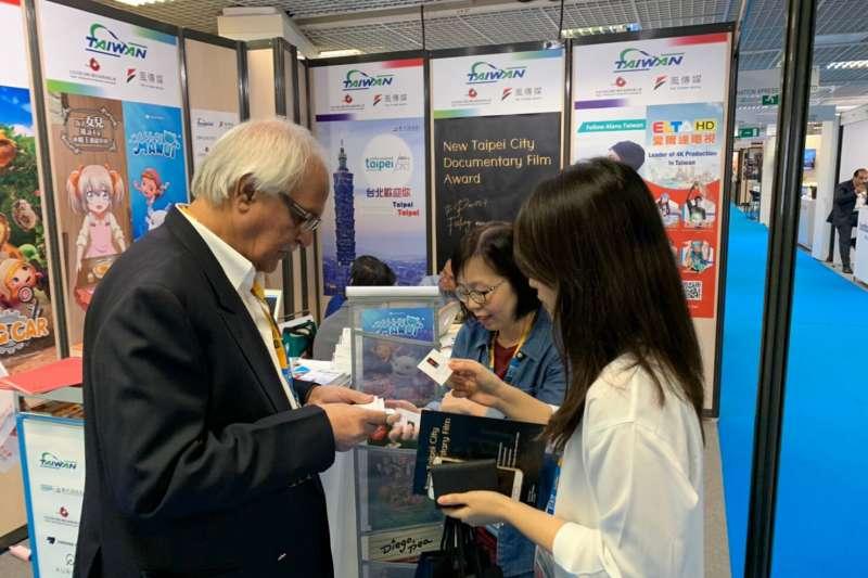 印度 VSION PRODUCTIONS 代表至台灣館表示對紀錄片的合作興趣。(圖/新北市新聞局提供)