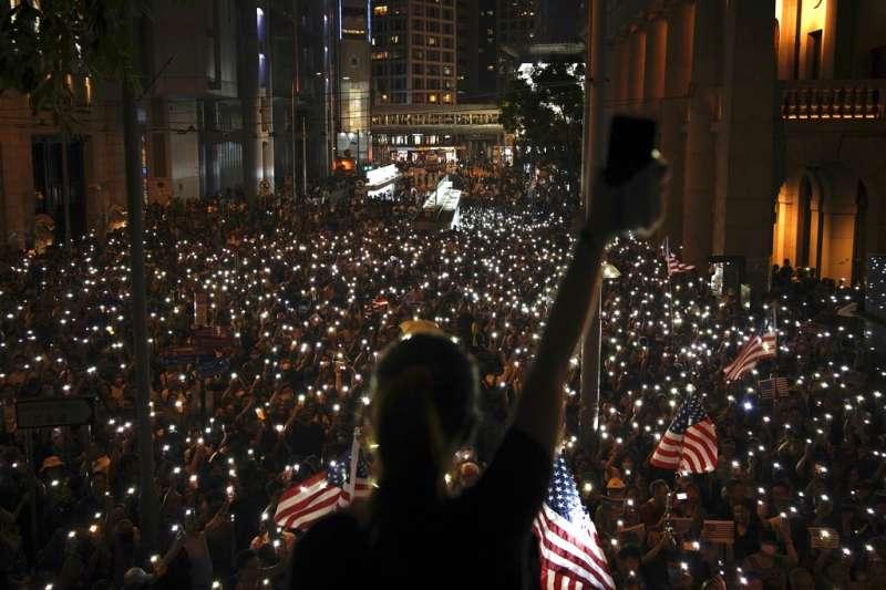 「香港人權民主法案集氣大會」是香港頒布禁蒙面法後,第一場獲得警方批准的「反送中」集會,主辦單位宣布至少有13萬人參加。(美聯社)