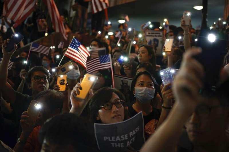 「香港人權民主法案集氣大會」14日在中環遮打花園舉行,這是香港頒布禁蒙面法後,第一場獲得警方批准的「反送中」集會,主辦單位宣布至少有13萬人參加。(美聯社)