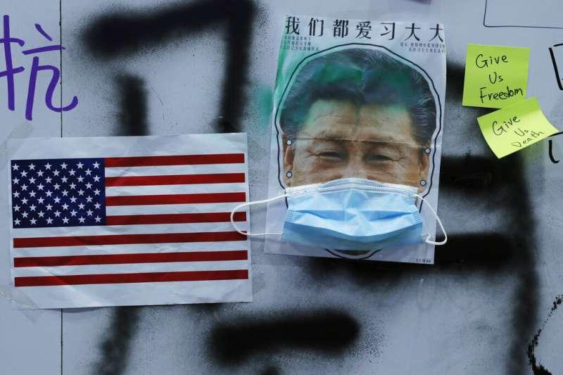 習近平的照片被香港「反送中」抗爭者加上口罩。(美聯社)
