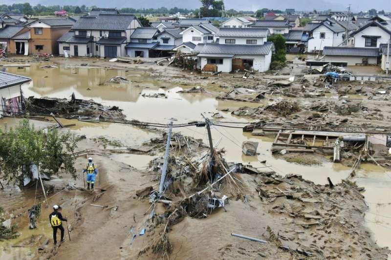 19號颱風(哈吉貝颱風)在日本造成嚴重災情,長野縣一處聚落大水雖然退去,滿地泥濘仍待居民重建家園。(美聯社)