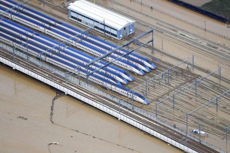 19號颱風(哈吉貝颱風)在日本造成嚴重災情,北陸新幹線有三分之一的列車都被泡在泥濘之中。(美聯社)