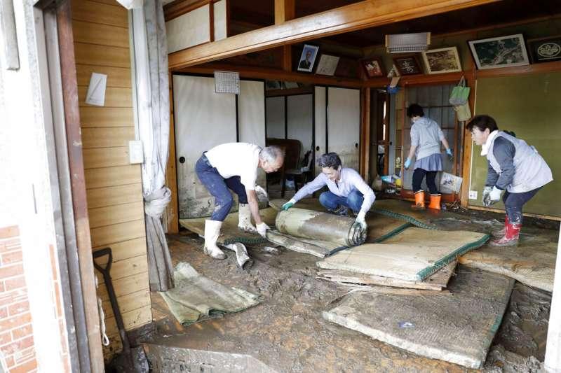 19號颱風(哈吉貝颱風)在日本造成嚴重災情,宮城縣的居民在颱風遠離後忙著整理家園。(美聯社)