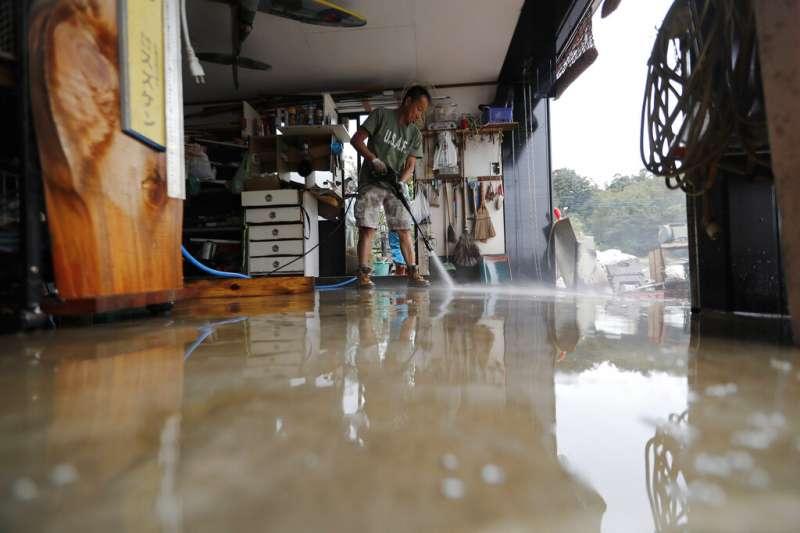 19號颱風(哈吉貝颱風)在日本造成嚴重災情,埼玉縣川越市的居民在颱風遠離後忙著整理家園。(美聯社)