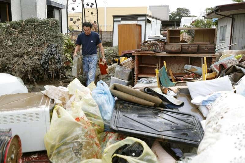 19號颱風(哈吉貝颱風)在日本造成嚴重災情,福島縣的居民在颱風遠離後忙著整理家園。(美聯社)