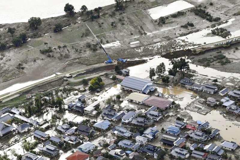 19號颱風(哈吉貝颱風)在日本造成嚴重災情,長野縣遭到信濃川肆虐的地區仍是滿地泥濘、多處依舊嚴重積水。(美聯社)