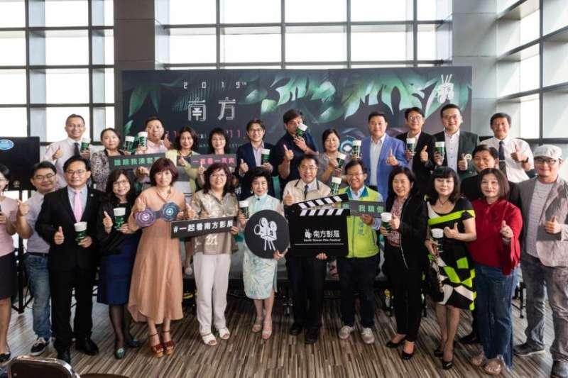 臺南市長黃偉哲為南方影展參與貴賓加油打氣。(圖/台南市政府文化局提供)